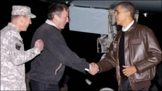 اوباما، پترائوس و ایکنبری در فرودگاه بگرام