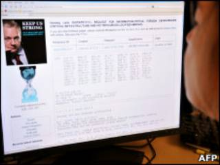 Женщина читает сайт Wikileaks
