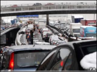 Carros parados na estrada M8, que liga Glasgow a Edimburgo