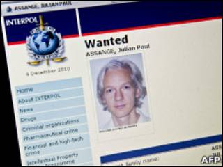 Сайт Интерпола и ордером на арест Ассанджа
