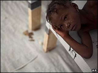 Menina com sintomas de cólera em hospital em Porto Príncipe