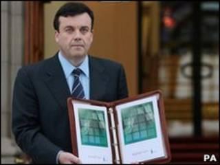 وزير المالية الايرلندي برايان لينيهان يعرض الميزانية