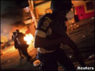 Policial enfrenta manifestantes em Porto Príncipe