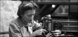 Una mujer trabaja durante la guerra