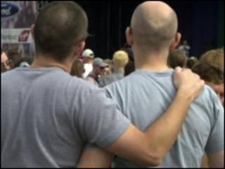Двое мужчин обнимаются