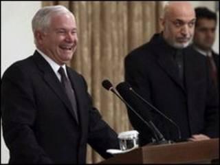 رابرت گیتس، وزیر دفاع آمریکا و حامد کرزی، در کنفرانس خبری در کابل