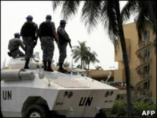 عناصر من قوات الطوارئ الدولية أمام مقر اقامة وتارا
