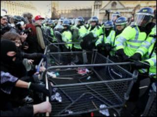 طلاب متظاهرون