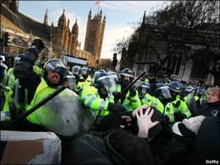 छात्र और पुलिस