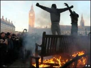 Manifestantes perto do Parlamento, em Londres