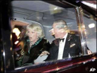 Charles e Camilla são rodeados por manifestantes