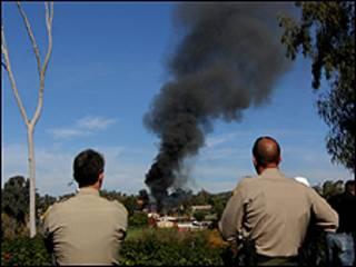 بنت الشرطة سورا واقيا حول المبنى وكسته بمادة لزجة تمنع انتشار النيران