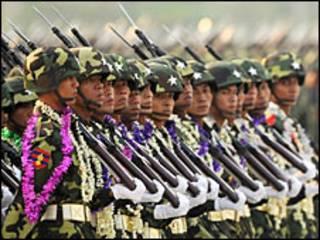 စစ်ရေးပြနေတဲ့ မြန်မာစစ်သားများ