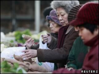 نساء صينيات يتسوقن