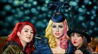 Восковая фигура Леди Гага и поклонницы певицы