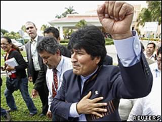 Evo Morales a la salida de una rueda de prensa en Cancún