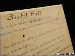 Documento com regras do basquete (Foto: Getty)
