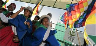 Bolivianos con traje típico bailan y reivindican