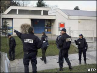 Французская полиция блокирует детский сад в Безансоне