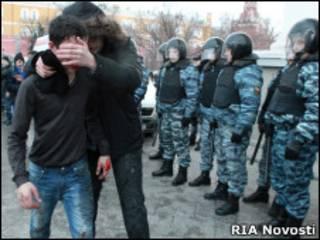 Избитого кавказца ведут по Манежной площади мимо ОМОНа
