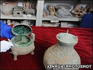 Recipiente de bronce de 2.400 años de antigüedad que se cree contiene sopa en su interior
