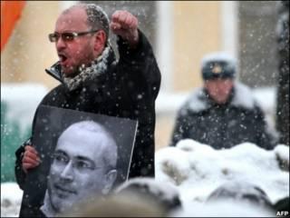Участник демонстрации в Санкт-Петербурге с портретом Михаила Ходорковского