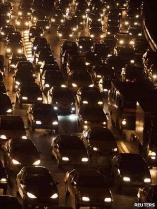 Carros durante a noite em Los Angeles (Reuters)
