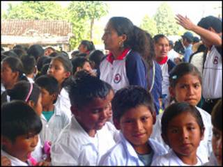 Profesora y niños en escuela boliviana.