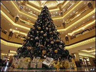 Árbol de Navidad instalado en Abu Dhabi.