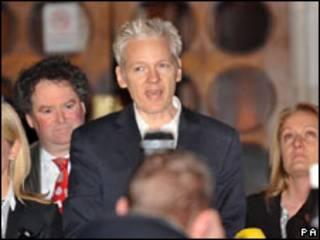 Julian Assange ao ser libertado