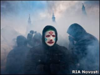 Человек в маске на Манежной площади