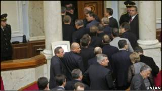 опозиційні депутати залишали сесійну залу минулого тижня
