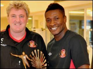 Asamoah Gyan iyo tababaraha kooxda Sunderland