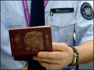 مامور بازینی گذرنامه در فرودگاه