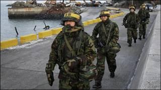 Lính Nam Hàn tuần tra đảo Yeonpyeong