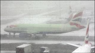 طائرات رابضة في هيثرو وسط الثلوج