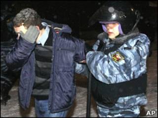 Милиционер задерживает участника митинга, прошедшего в Останкине 18 декабря