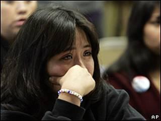 Leslie Pérez, de 22 años, llora en el senado al conocer el voto desfavorable.
