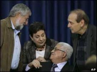 محمود عباس وياسر عبد ربة وحنان عشراوي وأمرام ميتزنا