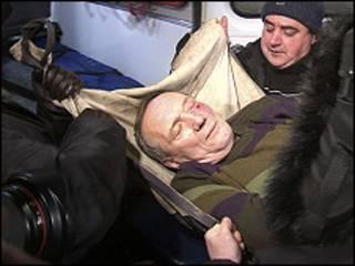 نكلاييف جريحاً ينقل الى المستشفى