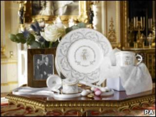 Jogo comemorativo inclui prato, caneca e caixinha de porcelana (foto:  The Royal Collection (c) 2010, Her Majesty Queen Elizabeth II )