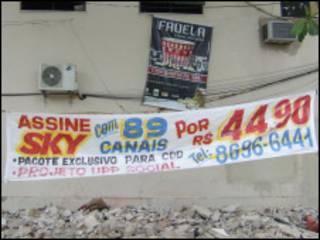 Propaganda de pacote da Sky para favela com UPP (foto: Júlia Dias Carneiro / BBC Brasil)