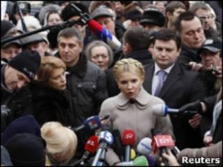Юлия Тимошенко в окружении соратников и журналистов