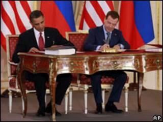 Обама и Медведев подписывают договор об СНВ