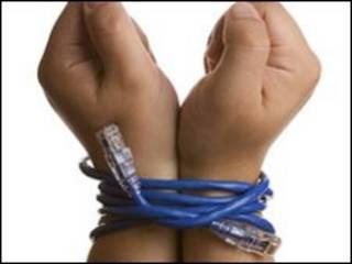 Manos atadas con un cable de red