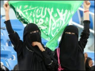 سعوديات يشجعن فريق بلادهن