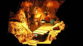 Arque[ologos trabalham na caverna El Cidrón, nas Astúrias