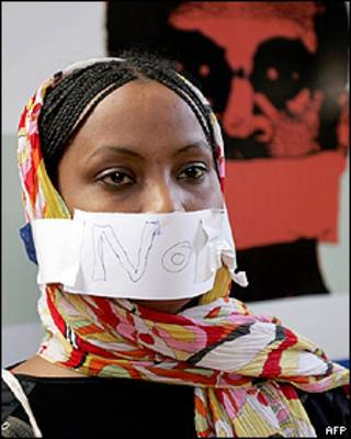 Una periodista sudanesa en una protesta por la libertad de expresión