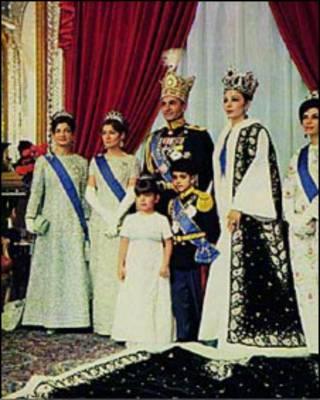 خانواده پهلوی در لباس سلطنتی
