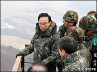 Президент Южной Кореи Ли Мен Бак у демилитаризованной зоны
